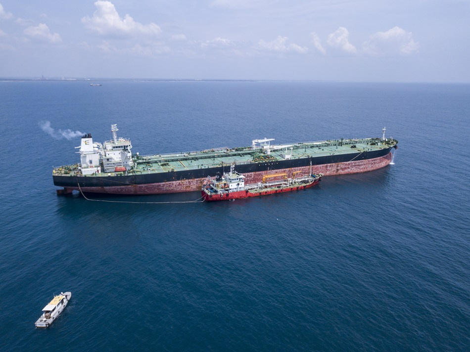 HIP Oil barge m.v. Kumana refuelling crude oil tanker m.v. Suez Hans with IMO 2020 compliant VLSFO.jpg